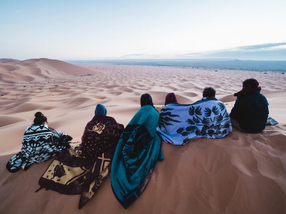 Esperando el amanecer en el desierto de Merzouga | Foto: Álvaro Sanz