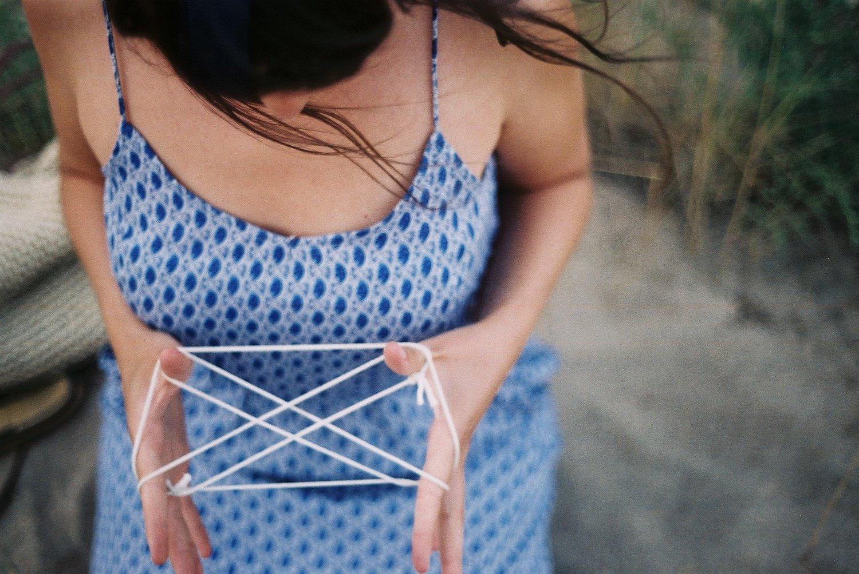 Chica-jugando-con-cuerdas.jpeg