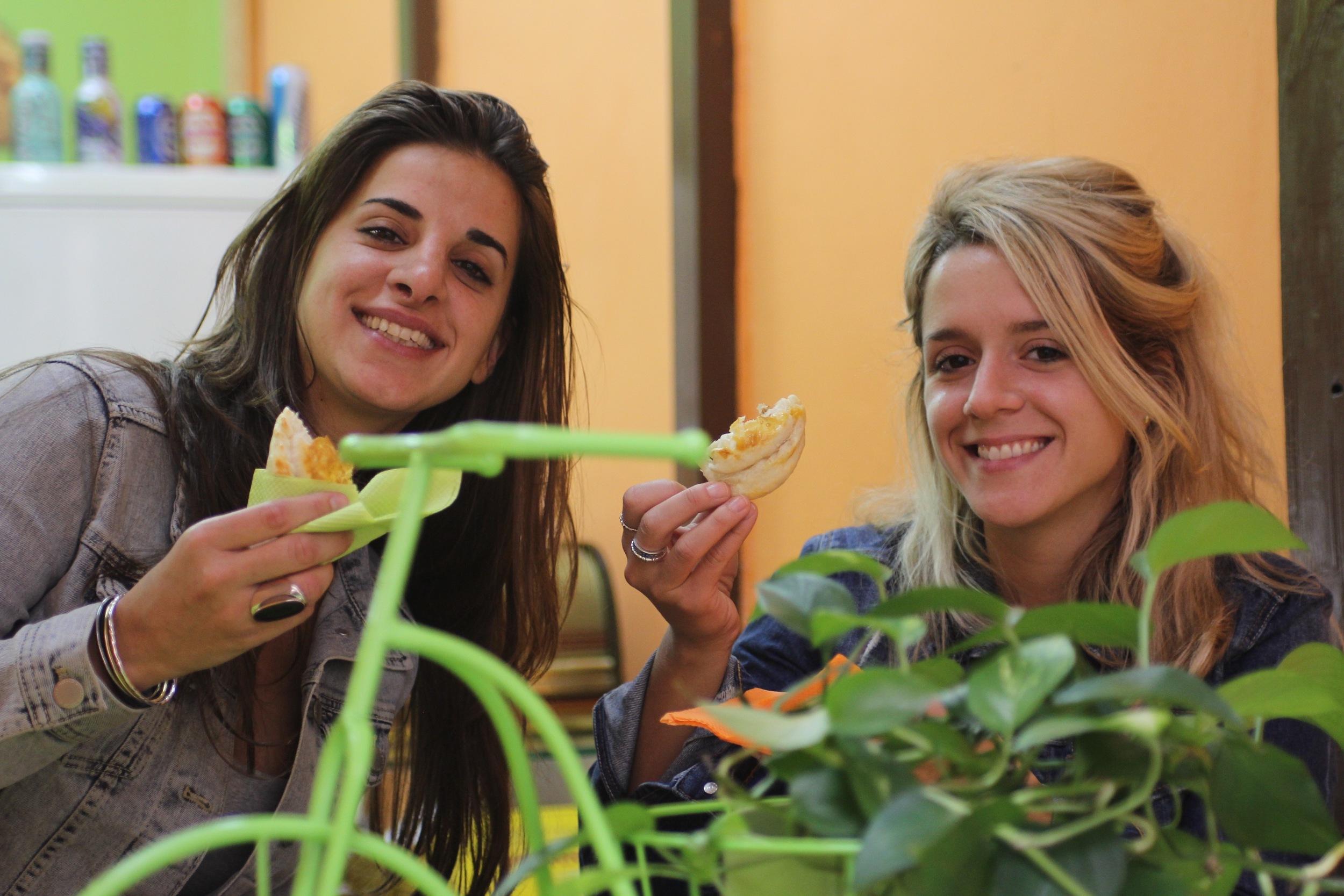Dos amigas argentinas disfrutando de unas empanadas.