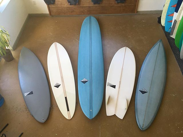 🚨SPRING CLEANING SALE🚨 This weekend, all stock boards discounted, some up to 40% off! Here are 5 of the many boards on sale. There are boards of all shapes and sizes, all made right here in the Outer Sunset! Also, shaping lessons are 20% off. Come by, pick up a new stick, and schedule a shaping lesson to learn how to make your own. Open 4-8 pm Friday, and 10:30-5 on Saturday and Sunday. If the door is open, come on in! Time to get that board you've had your eye on. • • #ohyeah #handmadegoods #localbusiness #foamdust #surfboards #shaping #shapinglessons #resintint
