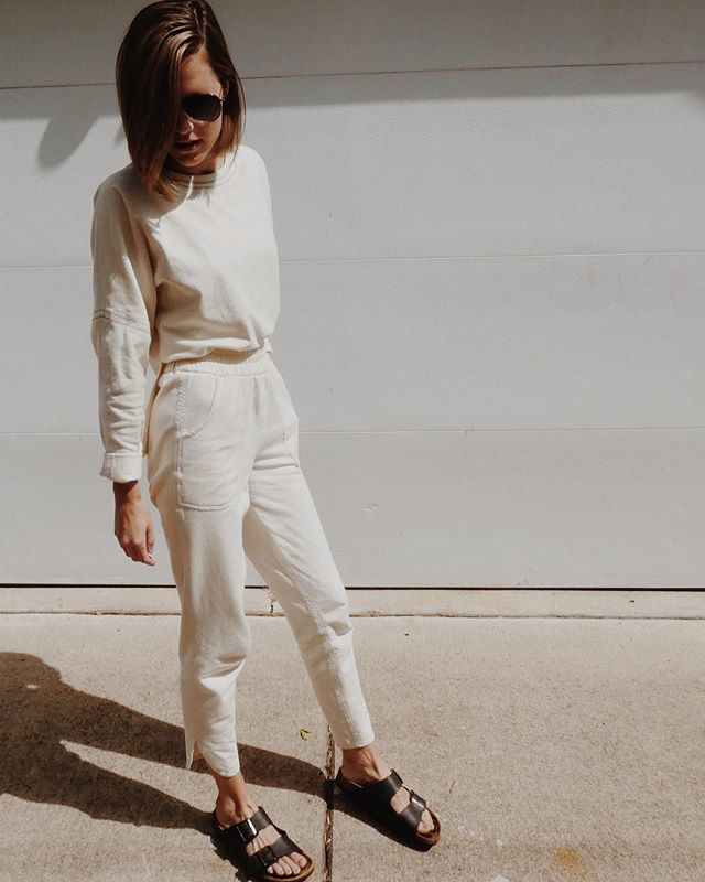 in this exact outfit IRL minus the birks & minus the verticality (swipe if ya don't believe me). been my go to lounge set since August for when I want to feel a *tad* put together & can be yours too! time is running out though to snag both items at the @causecreative.co pop up shop, so head on over and join me in elevating your weekend essentials.