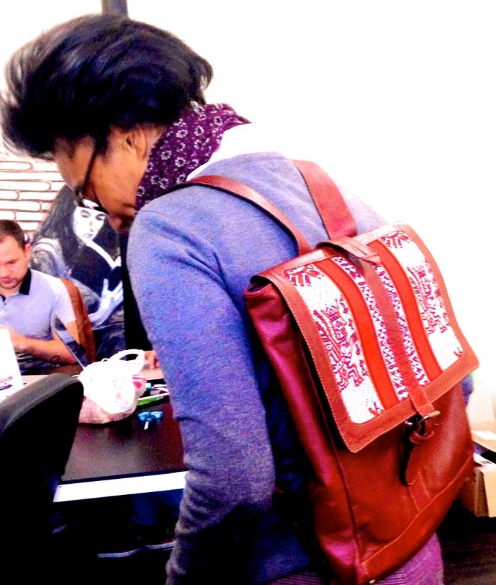 Magalie porte un sac à dos AVENTURA