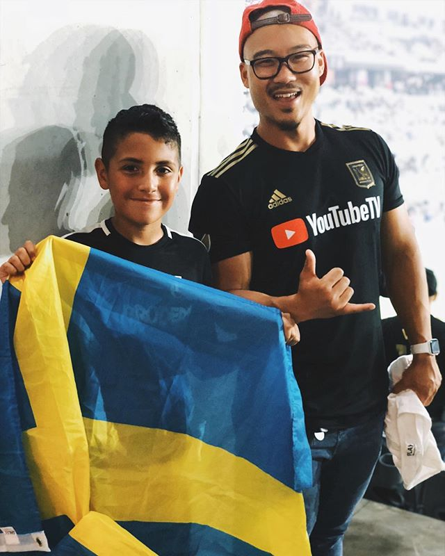 Had to take a pic with this random kid because he knew what's up. 🤙🏽🇸🇪