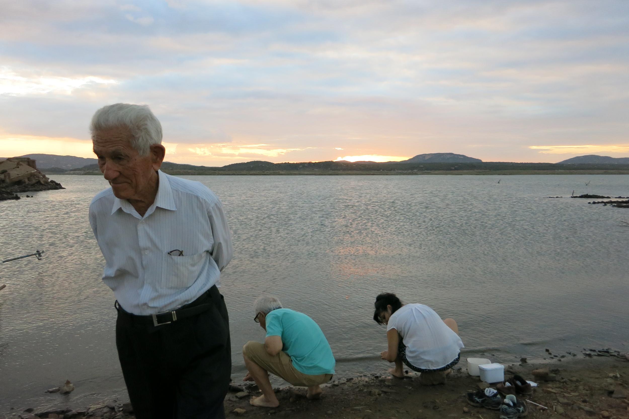 Meu avô, meu pai e eu.Na verdade, essa foto é da viagem passada (julho),mas isso fazíamos no domingo de manhã. Enquanto não éramos fotografados por minha mãe. hahaha