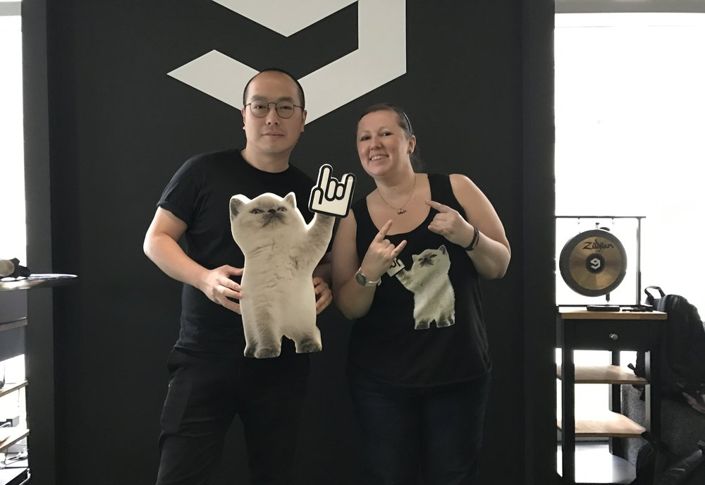 TSS 總經理 Holly 向 9GAG 執行長 Ray 展示 TSS 吉祥物 - 巨大型搖滾貓 TODD