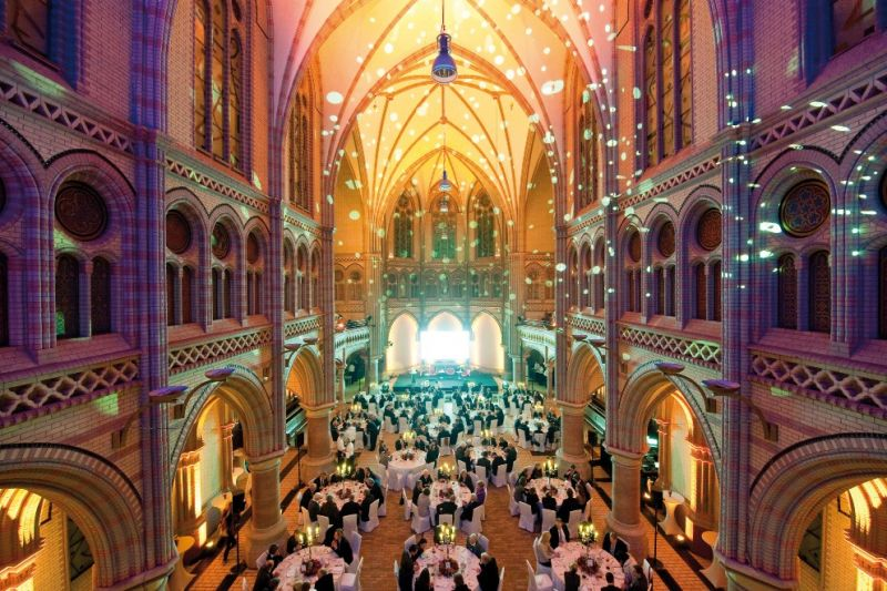 Kulturkirche_runde Tische.jpg