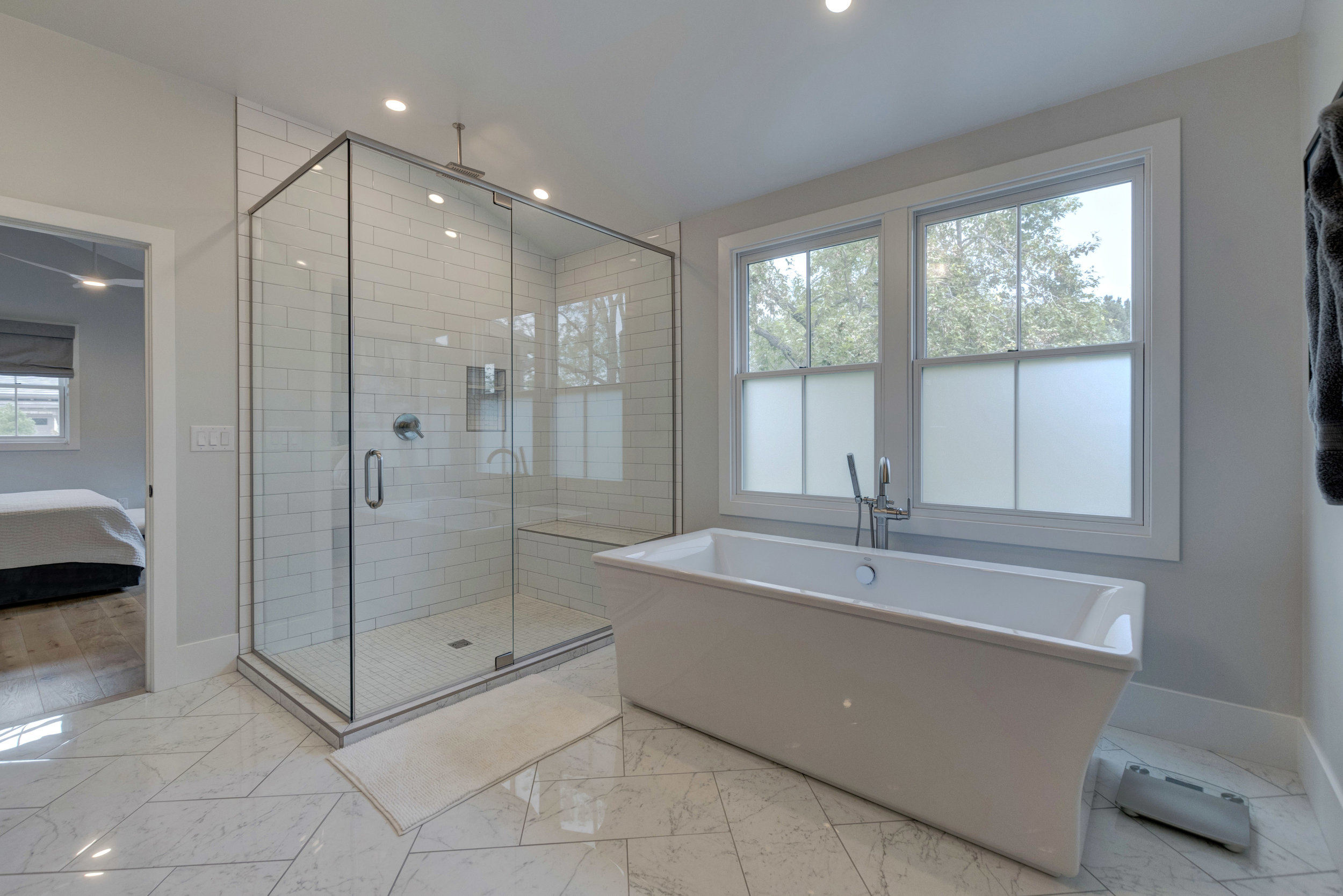 28-Master Bathtub.jpg