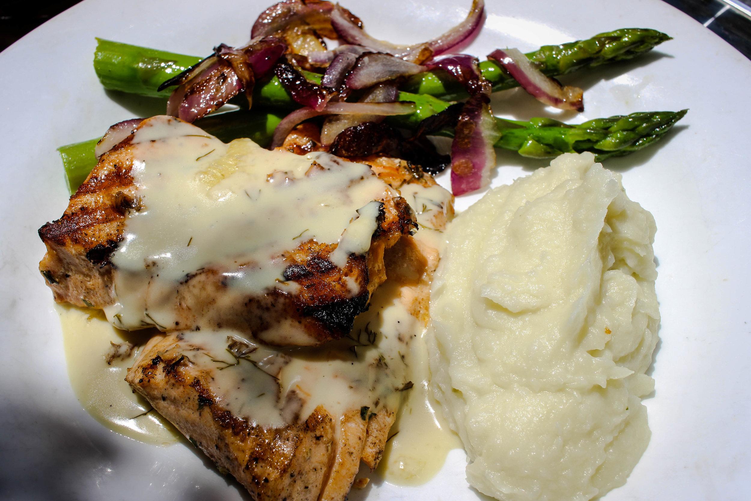 Filet de Saumon grille et puree de pommes de terre, sauce a l'estragon:grilled Salmon filet served with mashed potatoes, tarragon sauce, and asparagus