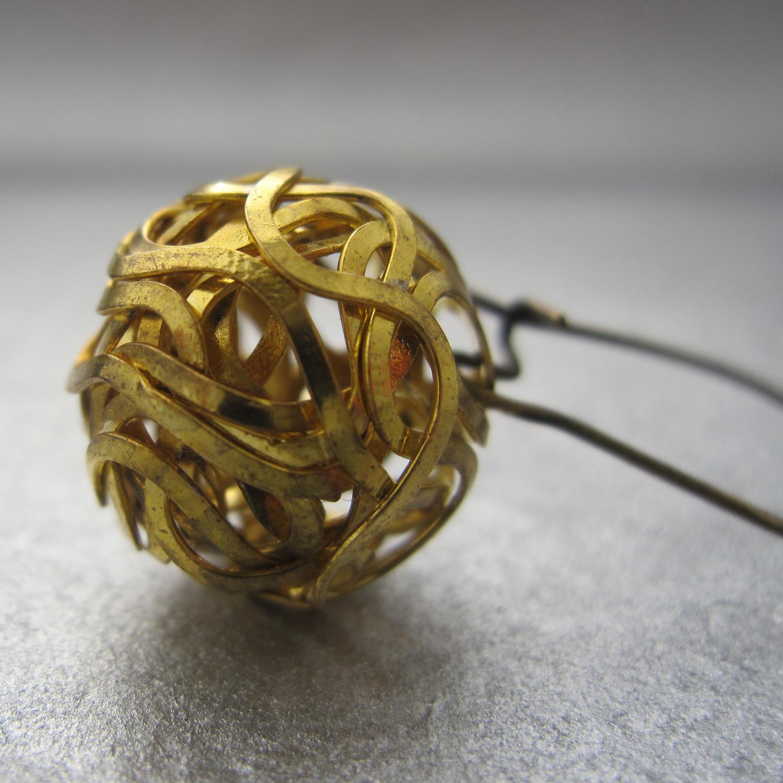 a detail of the nido di fieno earrings
