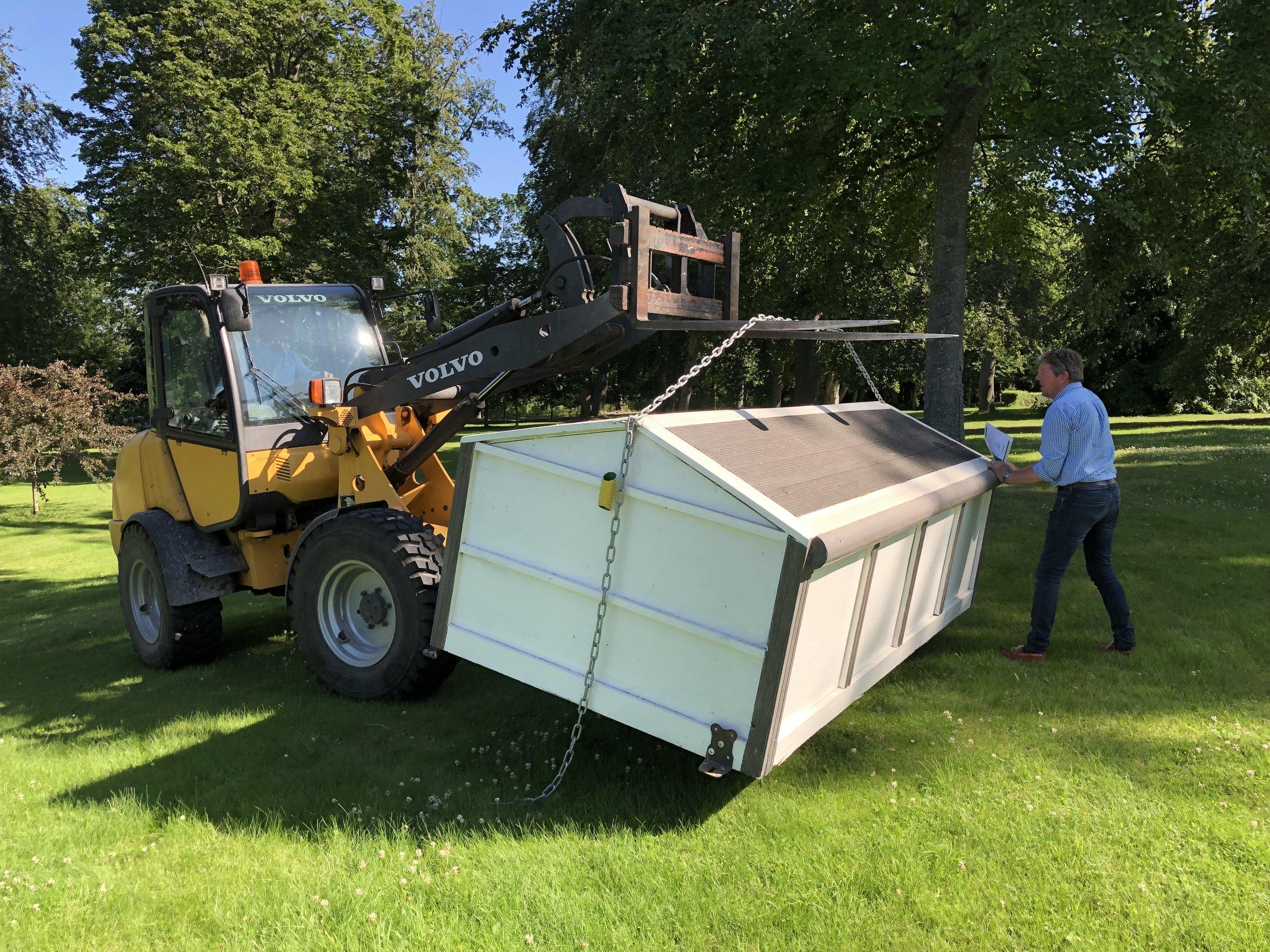 Robert Montgomery-Cederhielm hjälper Eric Winter att placera ut hinder i parken kring Herrgården. Foto: Birgitta Ekblad