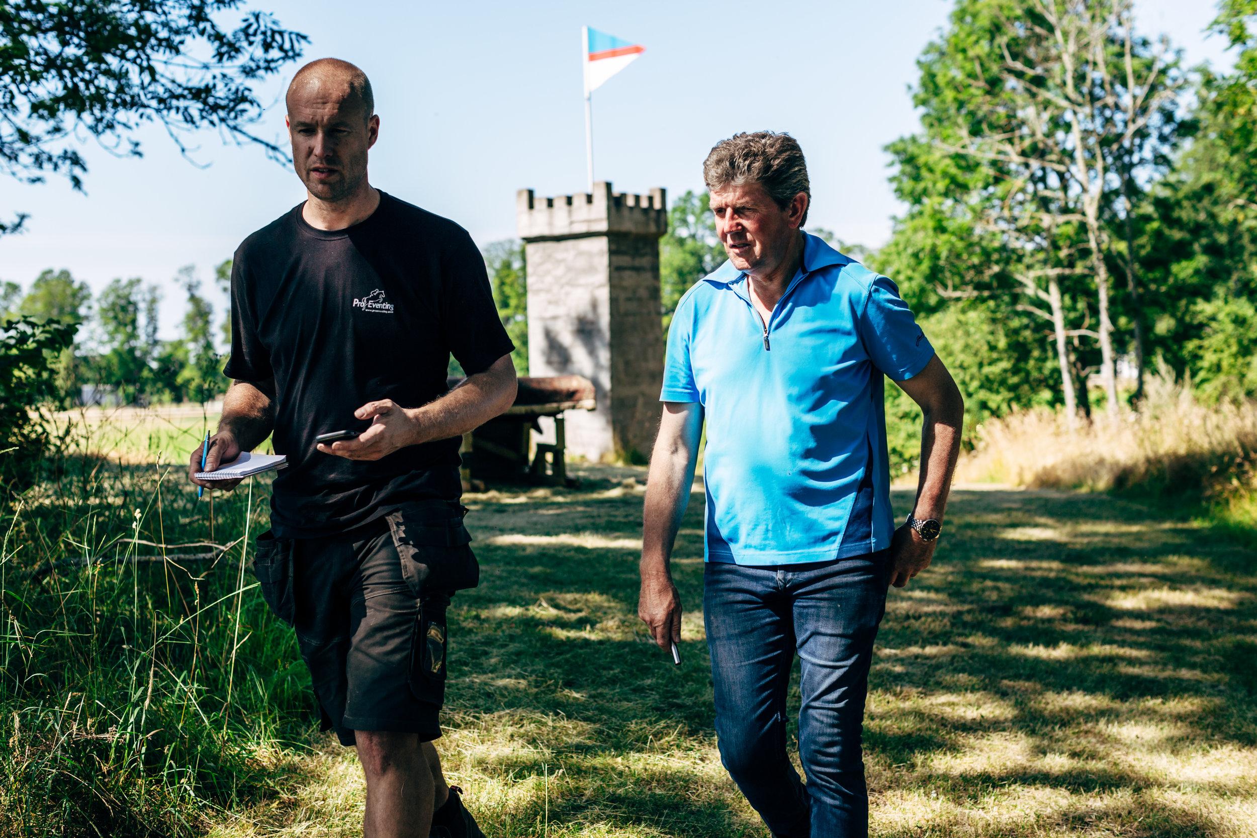 Lars Persson (Pro Eventing Nordic) och Eric Winter går igenom vad som ska göras med varje hinder och mäter ut bansträckningen inför årets tävlingar. Foto: Andreas Lundgren