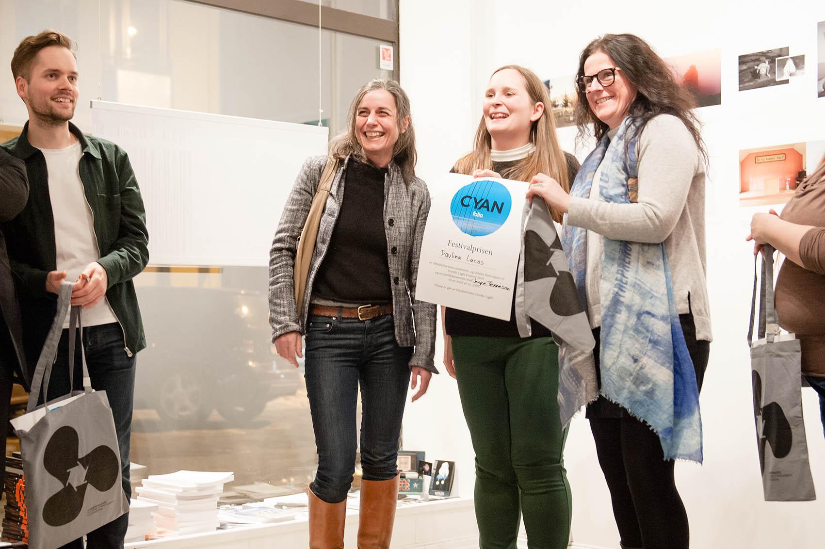 Pavlina Lucas vant Festivalprisen gitt av Katrine Øvstegård og Ingunn Strand fra Nordic Light Fotofestival