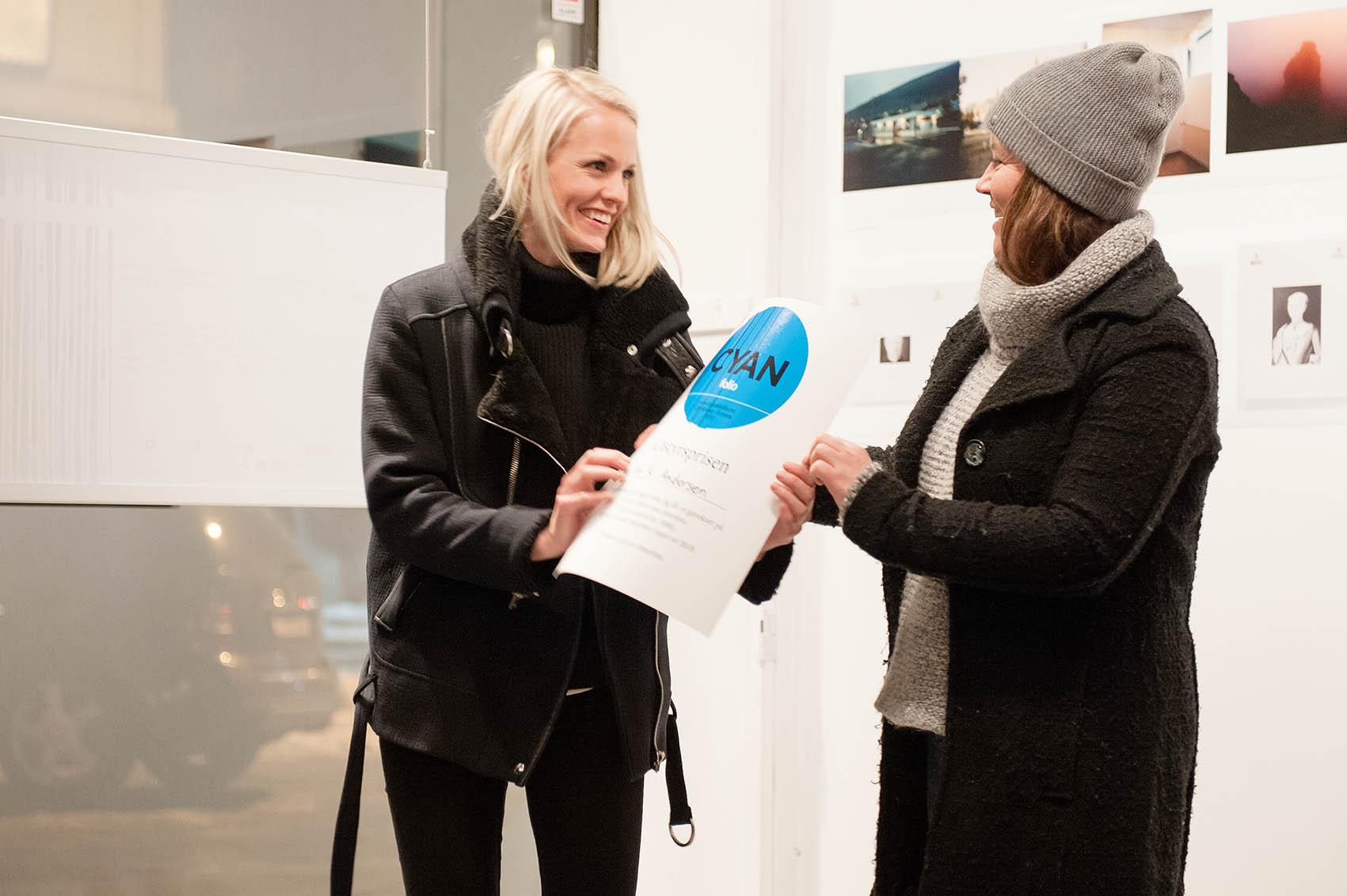 Ina K Andersen vant Utstyrsprisen gitt av Karen Norton fra Interfoto