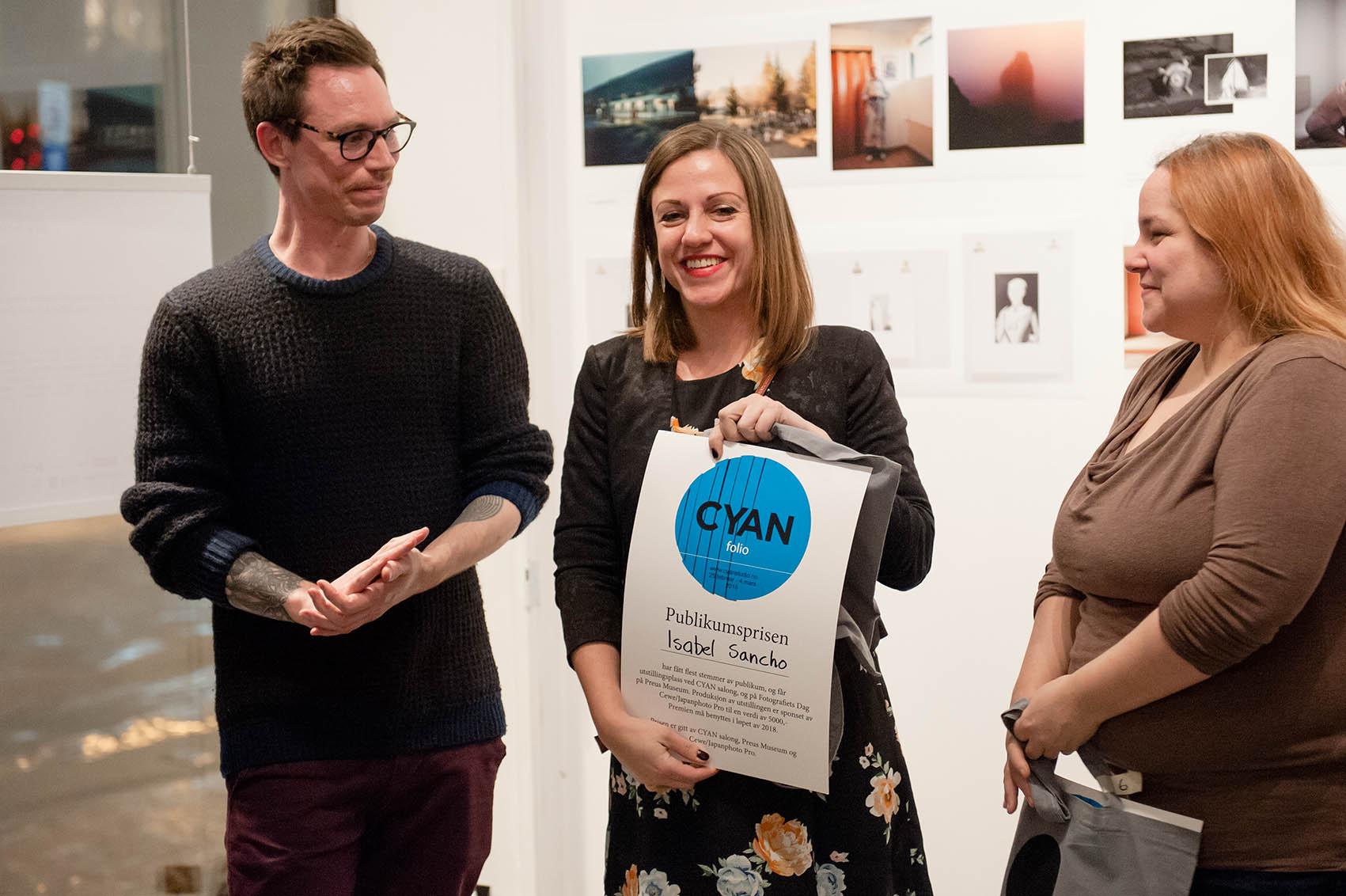 Isabel Sancho vant Publikumsprisen gitt av Pål Henrik Ekern fra Preus Museum