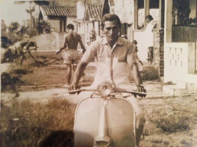 Meu pai em sua lambreta cerca de 1950