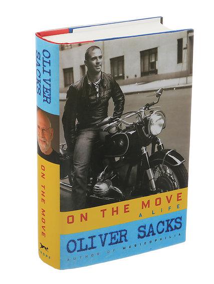Veja o Dr. Oliver Sacks na capa de seu livrocom sua moto em 1961 in Greenwich Village.