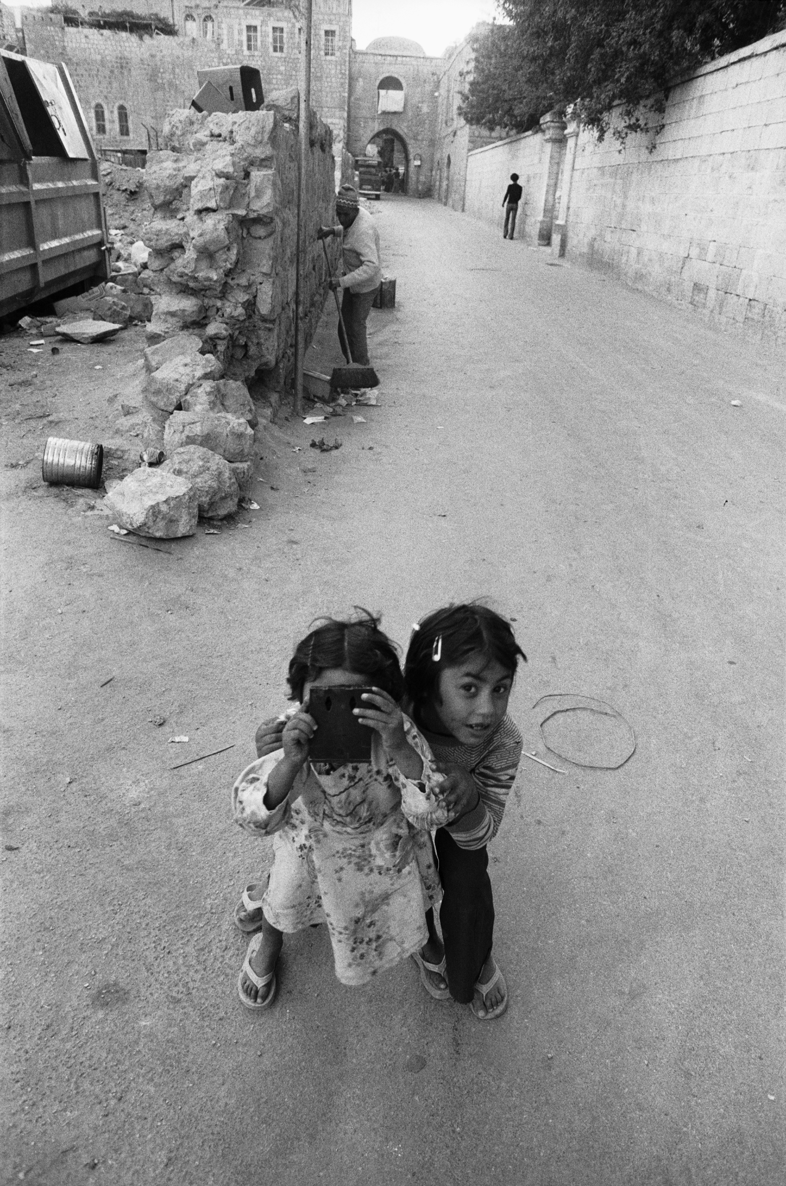 The photographed photographer, Jerusalem, 1979 © Jean Mohr, Musée de l'Elys