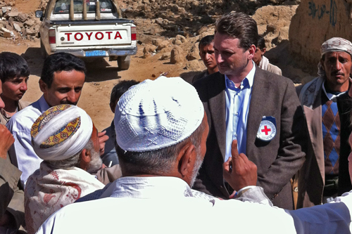 Sa'ada, northern Yemen - Pierre discusses humanitarian issues with members of the community. © ICRC / P. Youssef