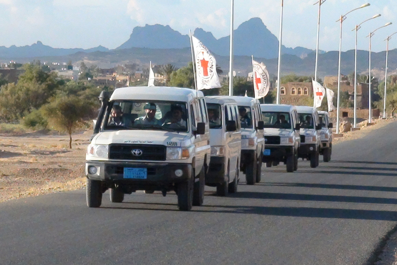 An ICRC convoy sets off from Saada to Dammaj, to evacuate people injured in fighting there. © ICRC / v-p-ye-e-01020