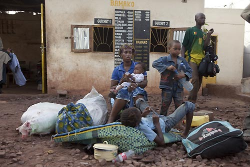 Emergency response in Northern Mali - Family fleeing unrest in Gao - Photo courtesy of Reuters /J. Penney