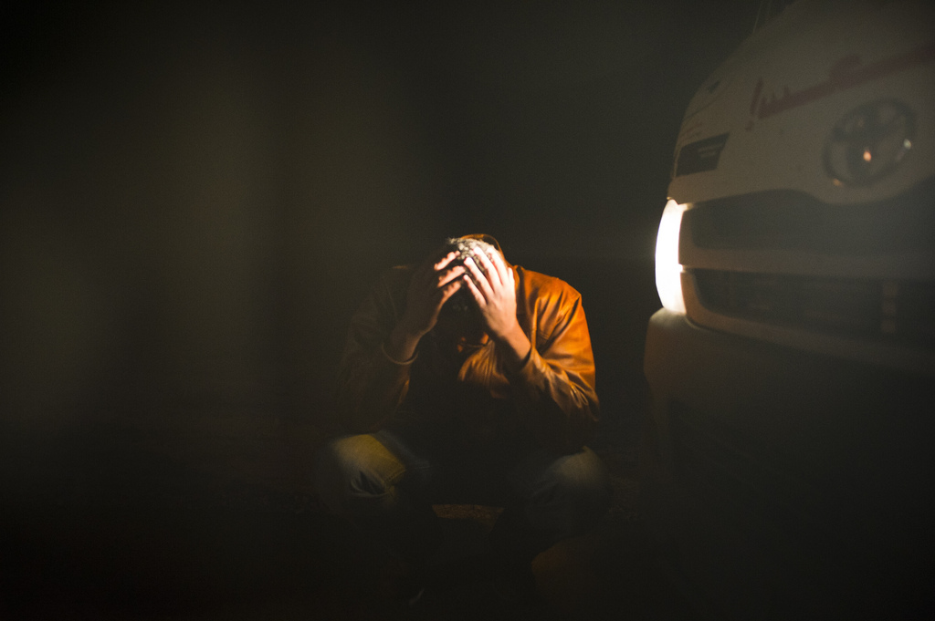 A doctor breaks down in tears after four colleagues were killed, earlier in the Libyan conflict. © ICRC / LIOHN, André