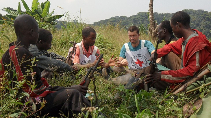 An ICRC delegate engages with an armed group to explain the importance of protecting health care personnel and hopspitals.. © ICRC