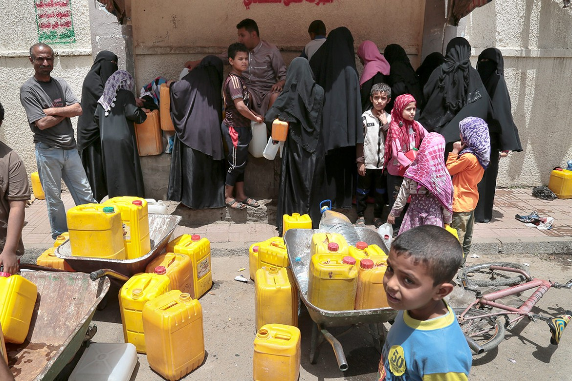 Sana'a, close to the Al-Kuweit hospital.  Sana'a. Women and children queuing for water near Al-Kuweit hospital.  CC BY-NC-ND/ICRC/T. Glass