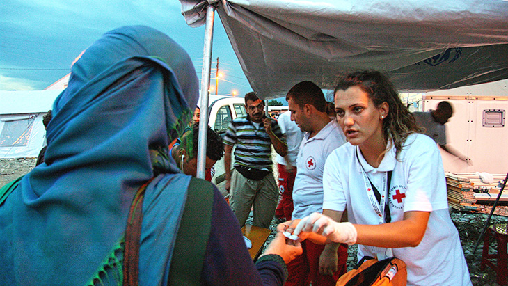 Red Cross volunteers provide basic medical care to migrants in Macedonia. © Danish Red Cross / John Engedal Nissen