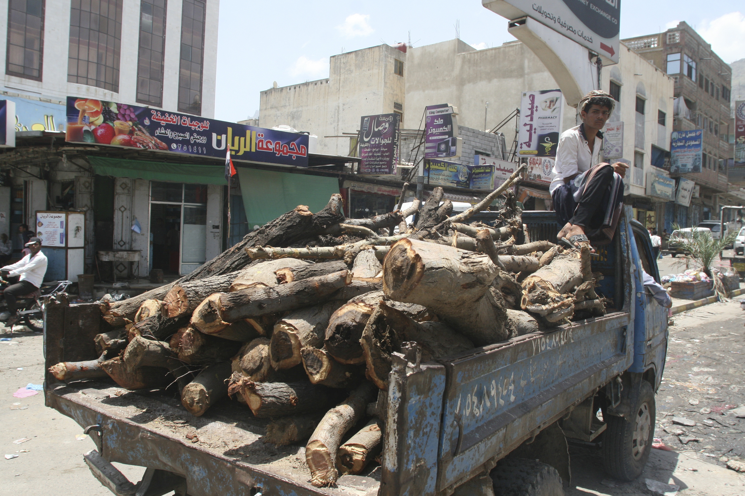 Taiz, Jamal Street. Severe fuel shortages in the country have forced people to resort basic sources of energy including wood. Anees MAHYOUB/ ICRC
