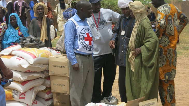 December 2015, Timbuktu Region, Mali. An ICRC delegate speaks with local people in an area where harvests have failed because of drought and flooding, and two million people face food shortages. ICRC / Valery Mbaoh Nana