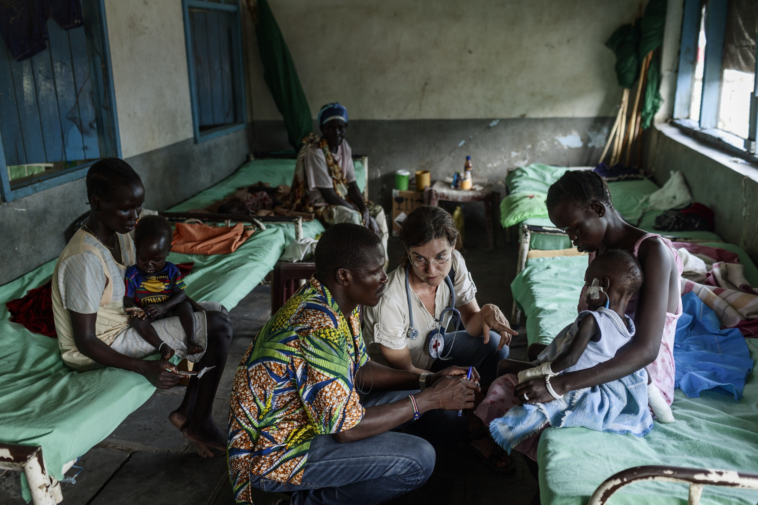 Malakal, South Sudan teaching hospital. ICRC pediatrician on duty at the therapeutic feeding center (malnutrition ward). ©Getty Images/ICRC