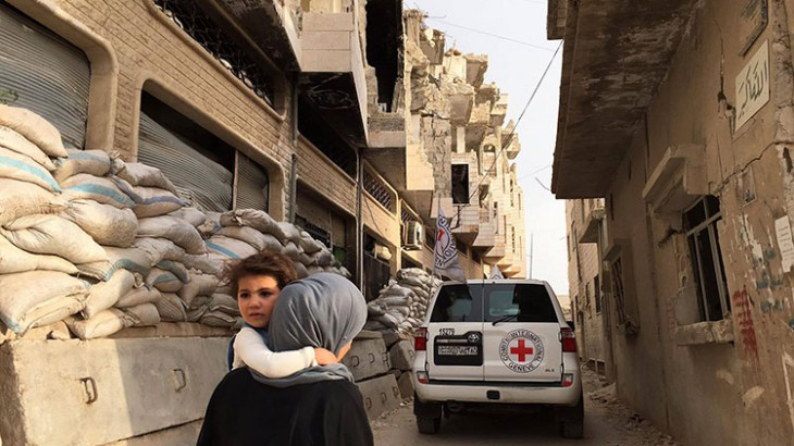 ICRC aid convoy enters the besieged town of Al Rastan, Syria. ©P. Krzysiek/ICRC