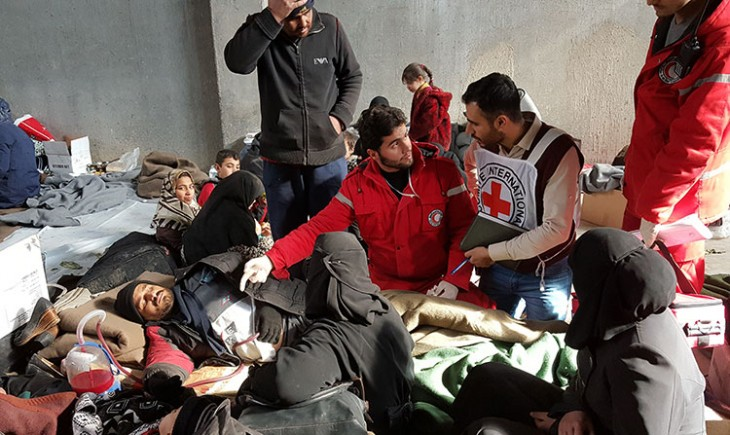 Syrian Arab Red Crescent workers provide emergency medical care to people fleeing from Aleppo. ICRC / Sana Tarabishi