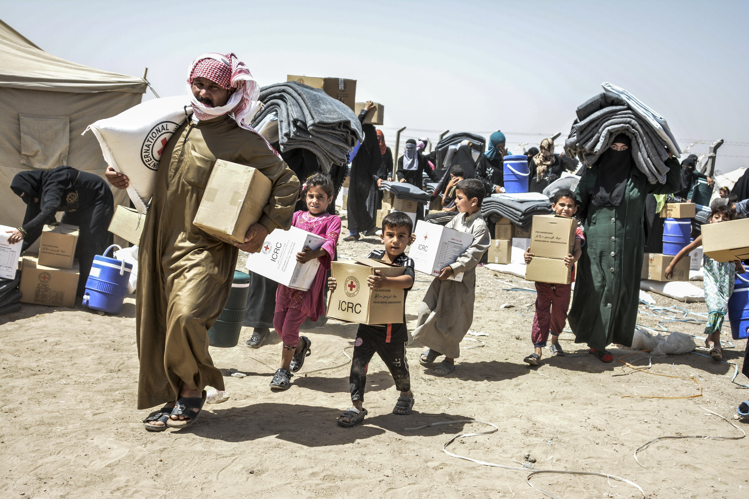 Fallujah, Iraq. The ICRC distributes food and relief items to displaced persons.