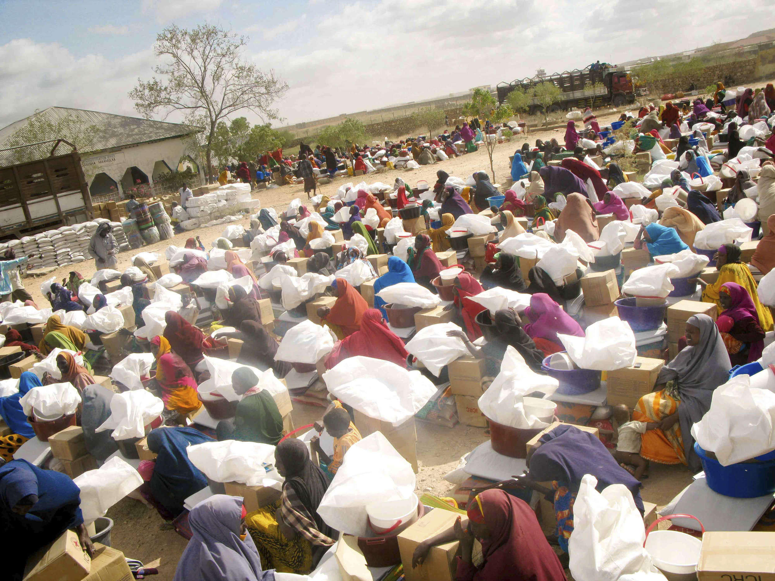 Beletweyne district, Eljale village. The ICRC and the Somali Red Crescent Society distribute emergency assistance to more than 30,000 people to alleviate the effects of the flood. Women receive food - such as rice, oil and beans - blankets, mosquito nets and hygiene kits.