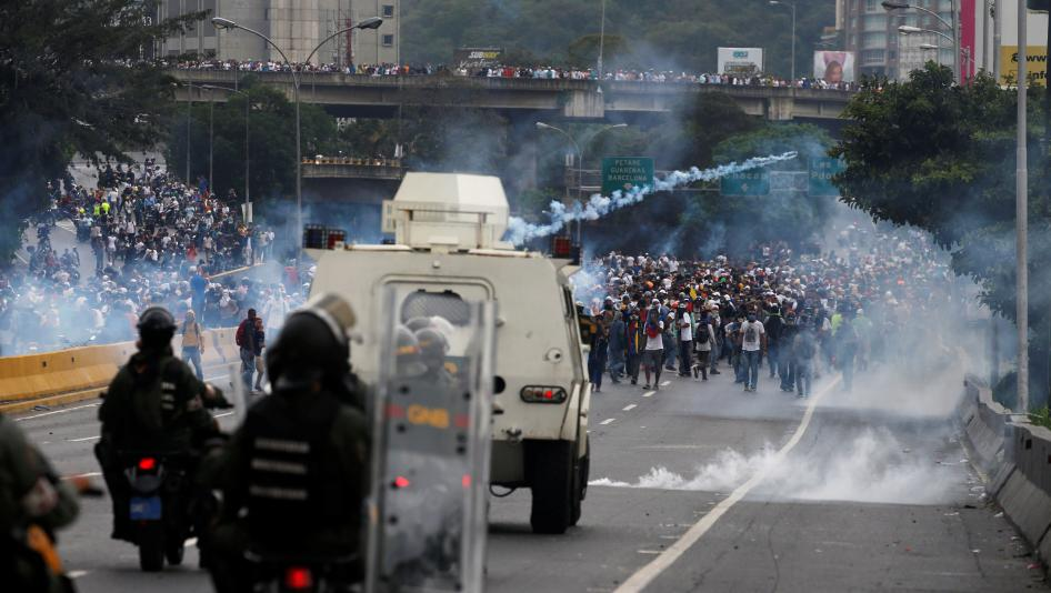 Police fire tear gas toward opposition supporters during clashes while rallying against Venezuela's President Nicolas Maduro in Caracas, Venezuela, April 20, 2017. ©Reuters
