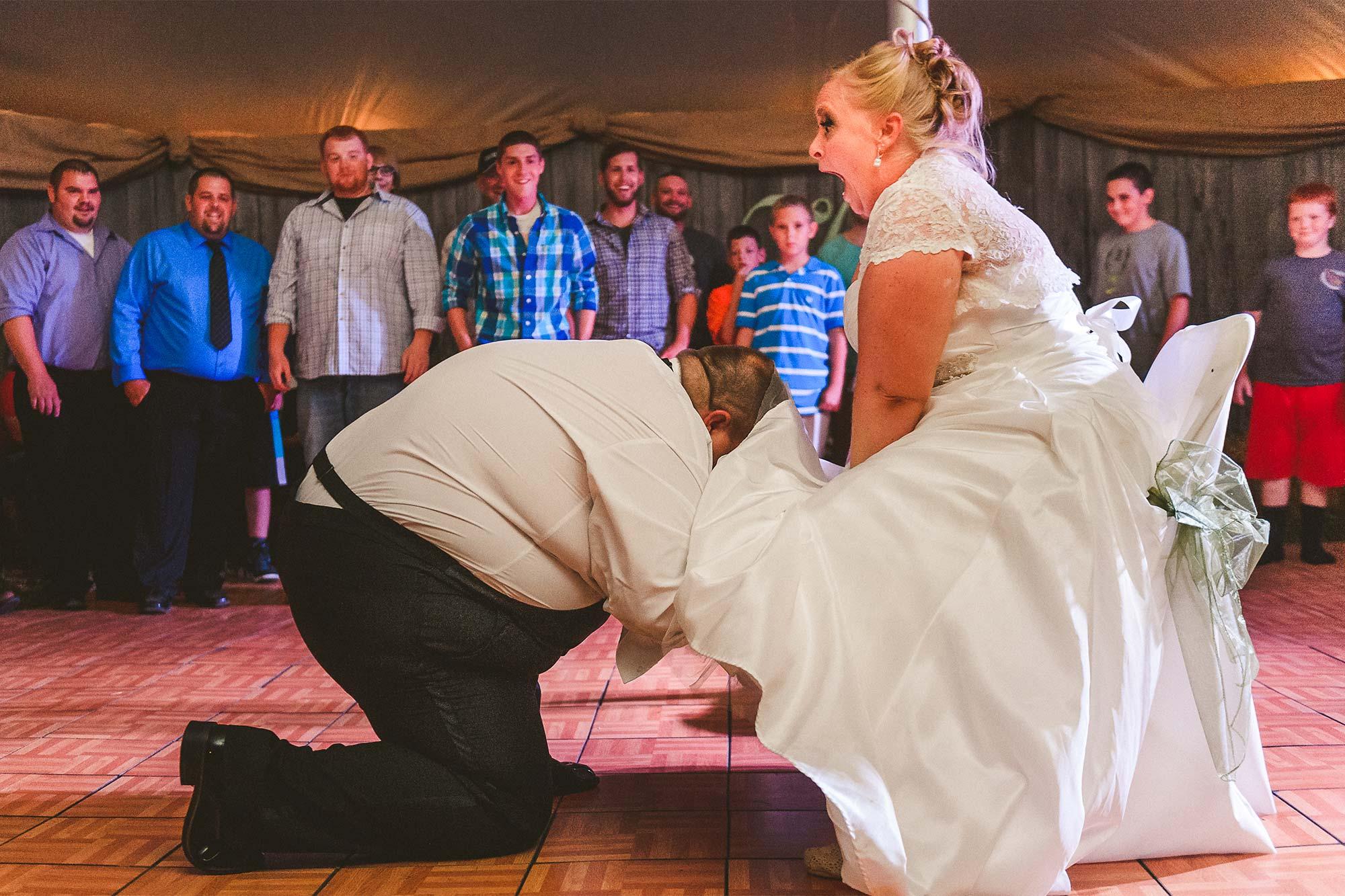 funny-reaction-bride-garter-wedding-reception.jpg