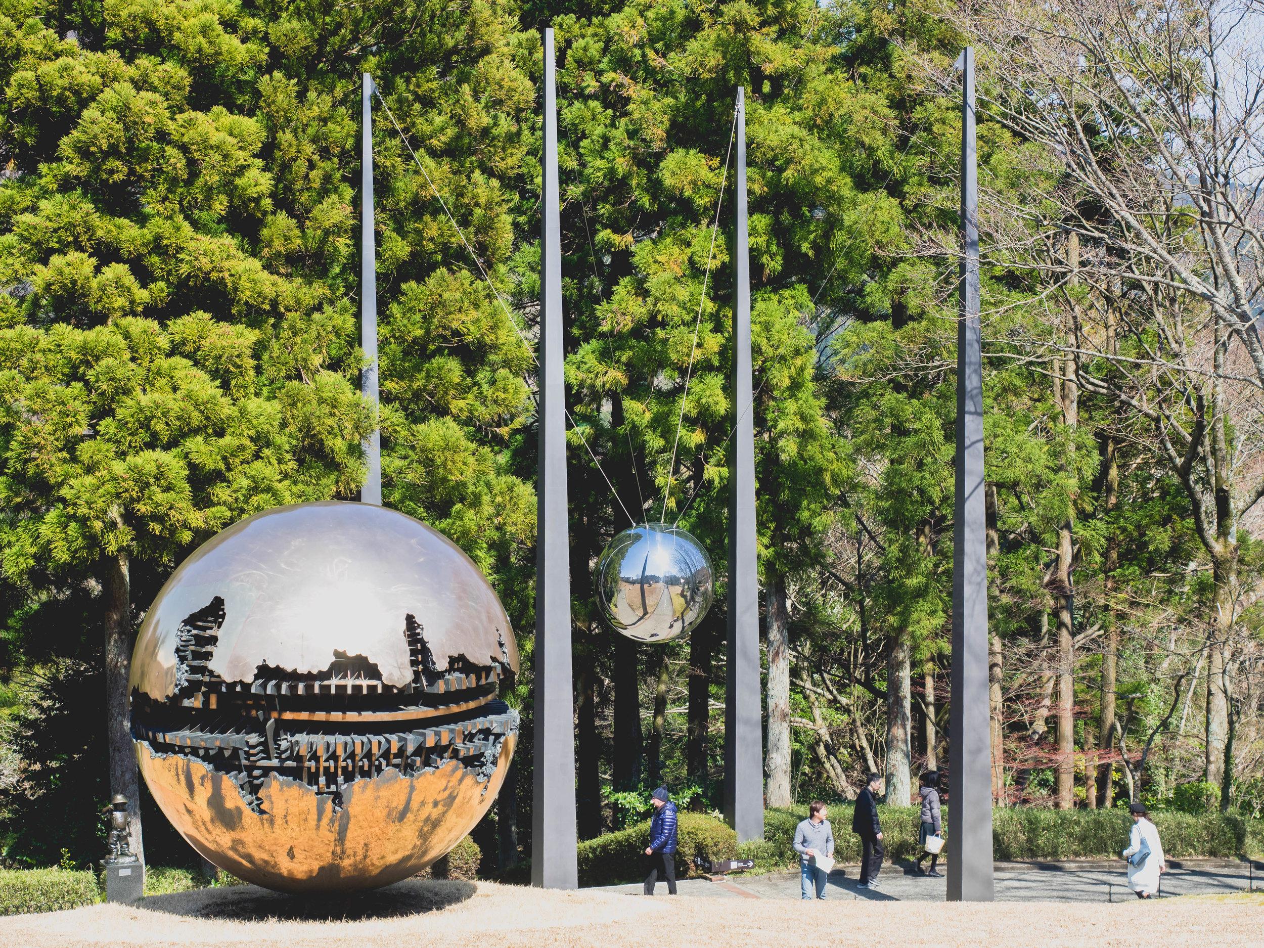 sfera con sfera, arnaldo pomodoro; my sky hole, bukichi inoue.