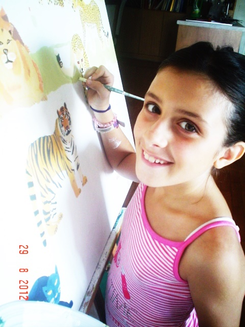22. allieva 10 anni mentre dipinge.JPG