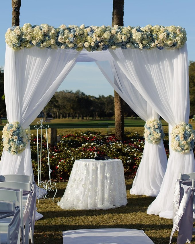 As the sun began to set over the pristine golf course, the pair were wed in a traditional Jewish ceremony under a romantic floral-clad chuppah.