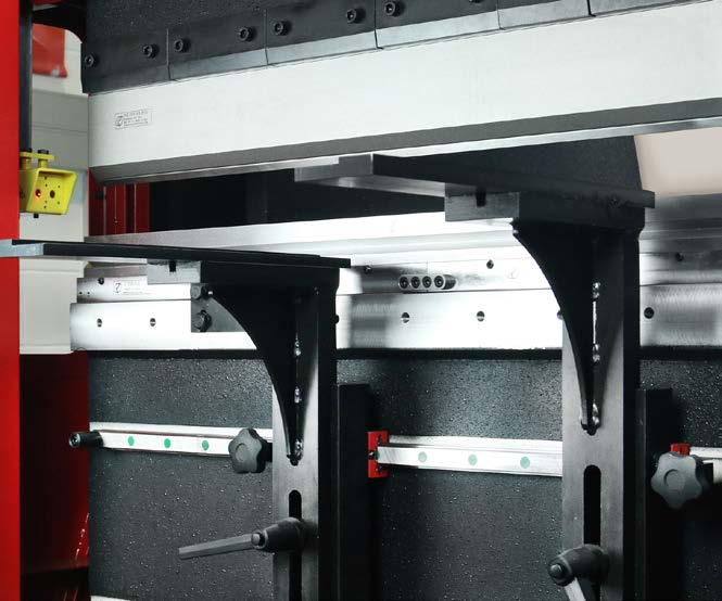 SLIDING ARMS - The front arms which slide by means of recirculating ball screw guides enable the sheet metal to be held in position securely and can be fully adjusted both horizontally and vertically by hand.