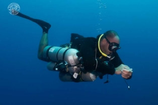 technical sidemount diver off the wall diving with coconut tree divers in roatan, honduras.