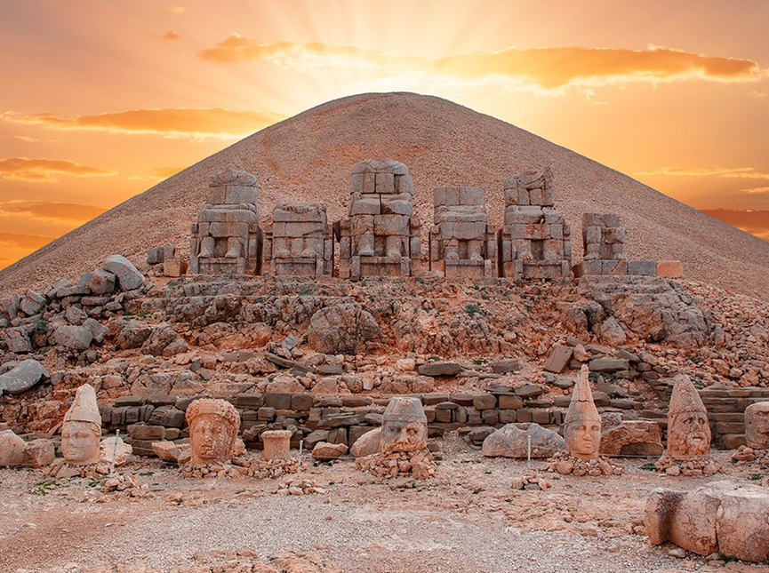 Նեմրութ լեռ, Nemrut Dağ, Turkey. Photo credit unknown.