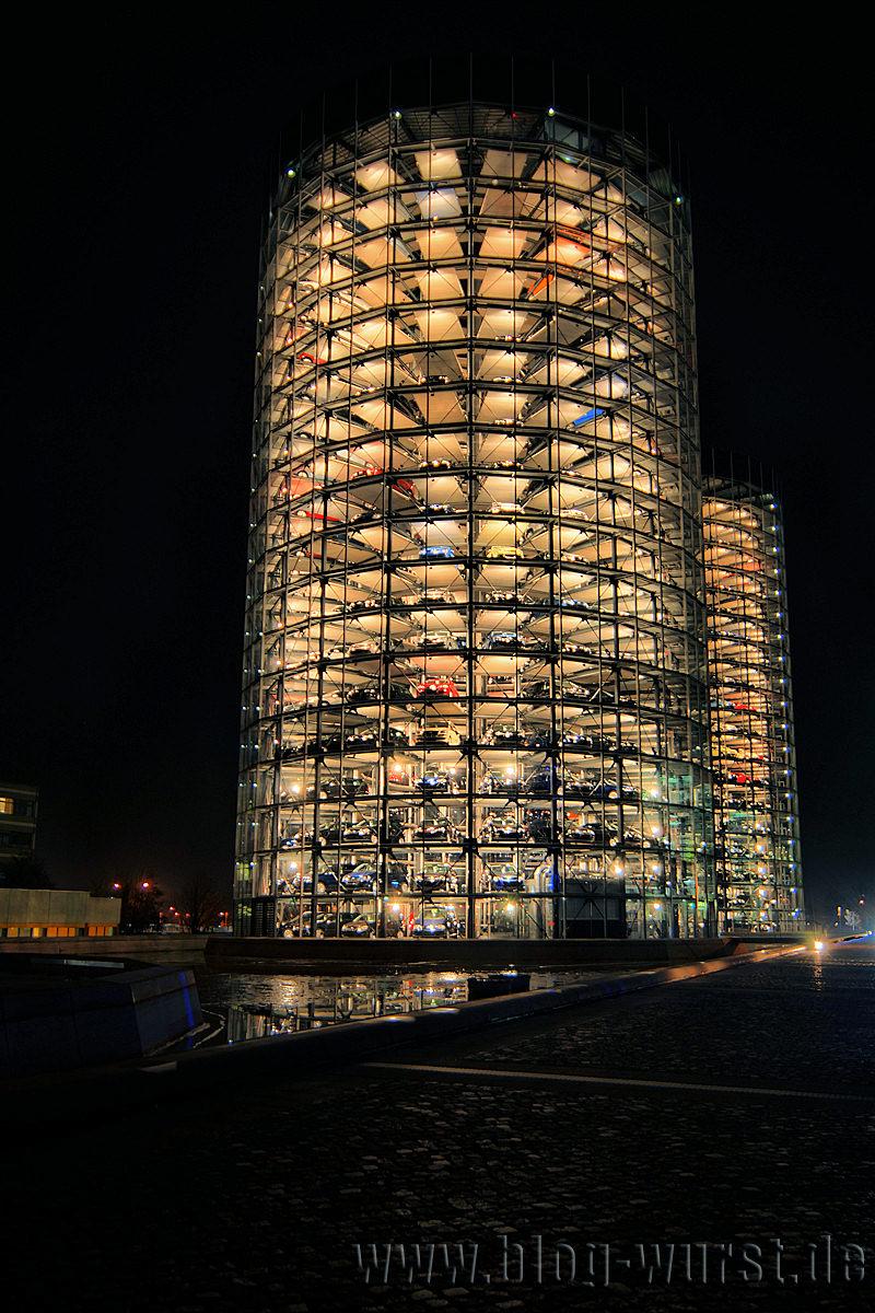Autoturm bei Nacht