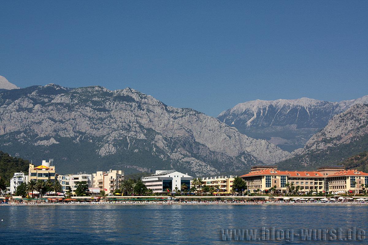 Berge hinter Hotelanlagen
