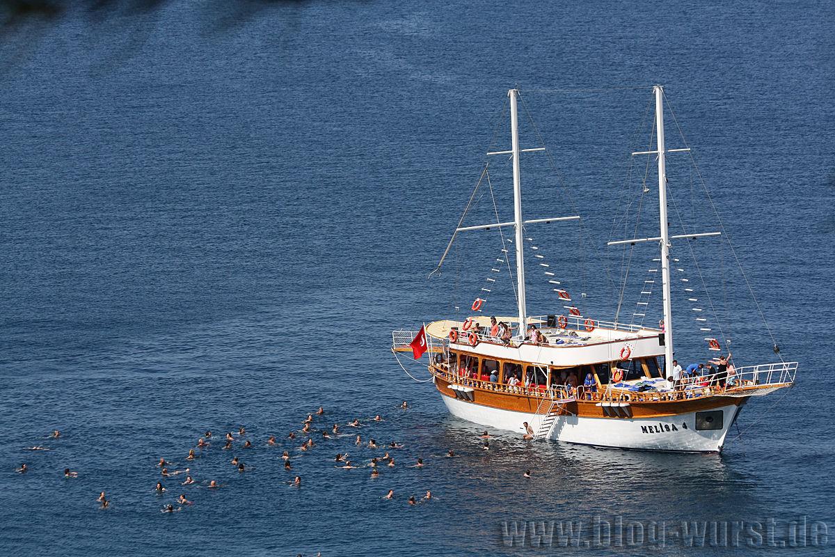 Ausflugsschiff mit Badenden