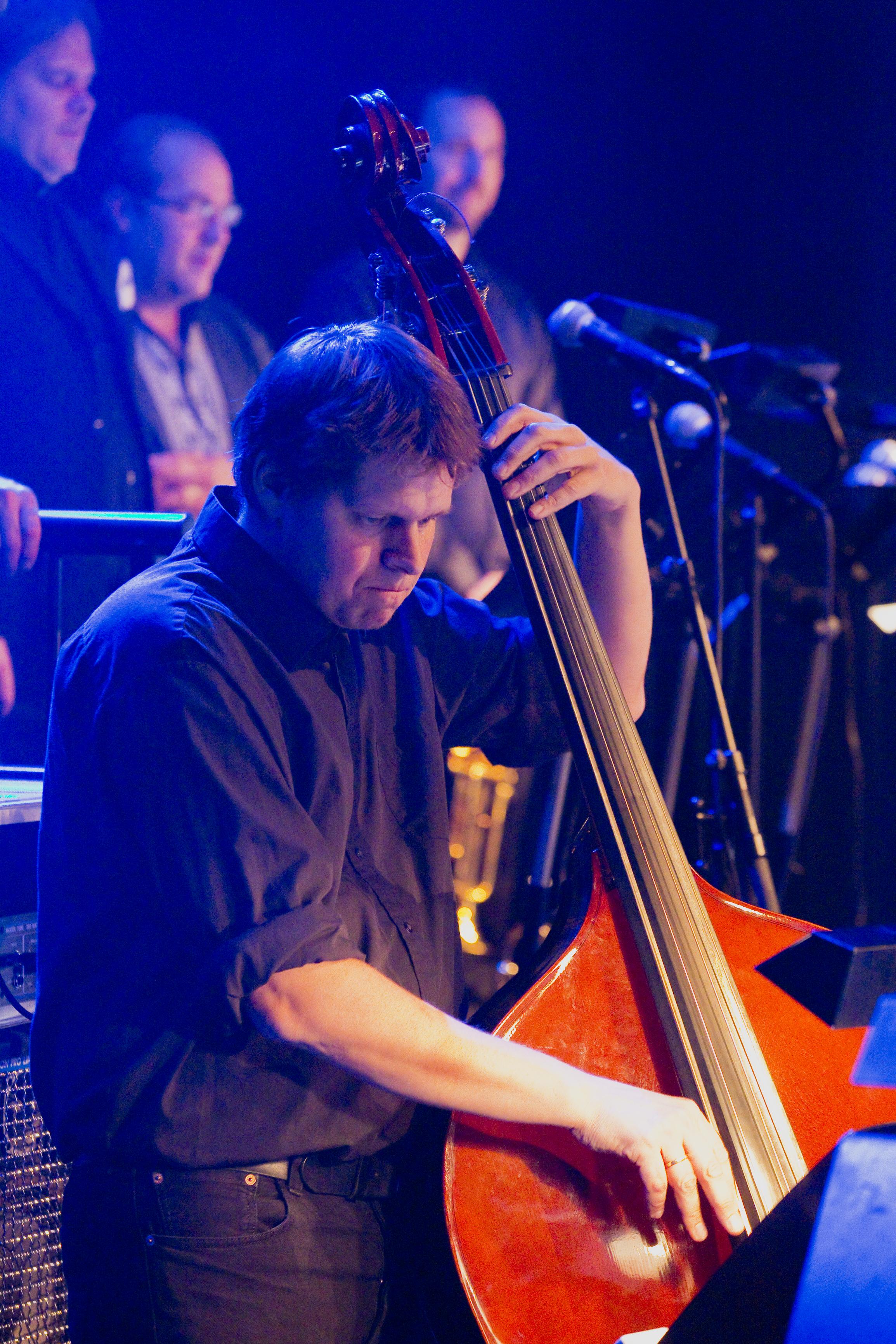 Ett Fett Storbands bassist Erik N. Strandberg får kjørt seg når bandet spiller Wendelboe. Her fra fjorårets utgave av festivalen. Foto: Halvor Gudim