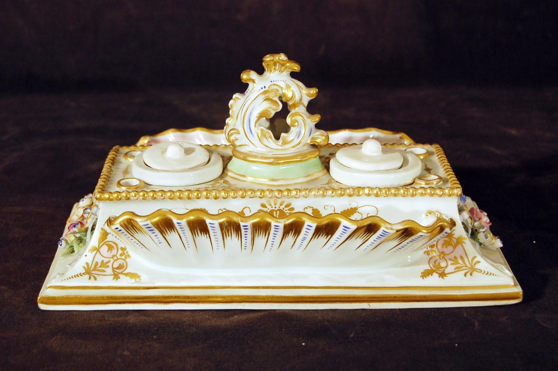 """""""Schreibzeug"""" Schreib- und Tintenfaß, Meißner-Porzellan, Schwertmarke """"Alt Wien"""" (1843), bunt bemalt, gold stoffiert, 19.Jh, BxH: ca.22,5x11,5cm"""