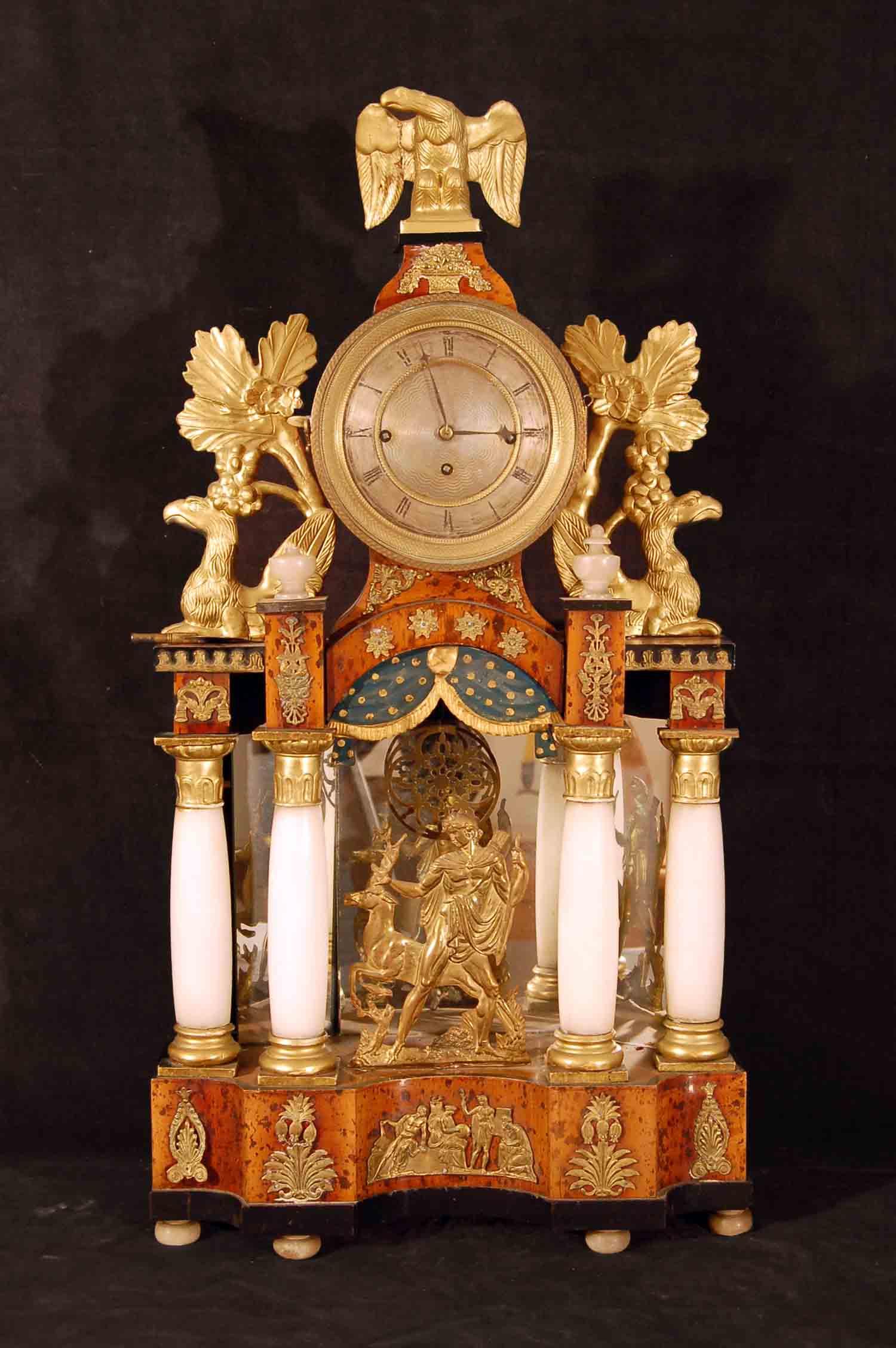 Empire-Säulen-Kommodenuhr, 4/4 Schlag auf Feder, reich dekoriert, intakt, Höhe ca. 68cm, Ende 18.Jh