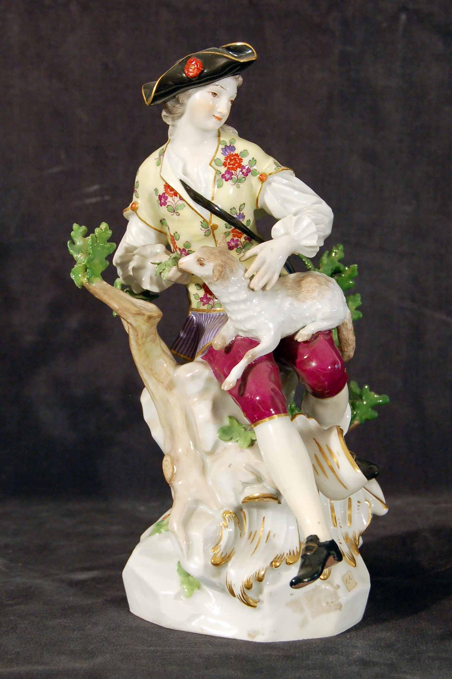 """Porzellangruppe """"Schäfer"""", Schwertmarke für Meißen, bunt stoffiert, einzelne Blätter beschädigt, 19. Jh. H: 22cm"""